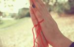 Что означает красная нить на запястье руки и как правильно ее завязывать На какой руке носят тонкую красную нить и можно ли ее снимать